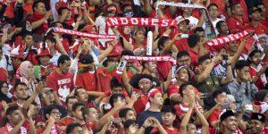Apapun suku, agama, dan rasnya, semua berpadu mendukung Indonesia (foto: Kompas).